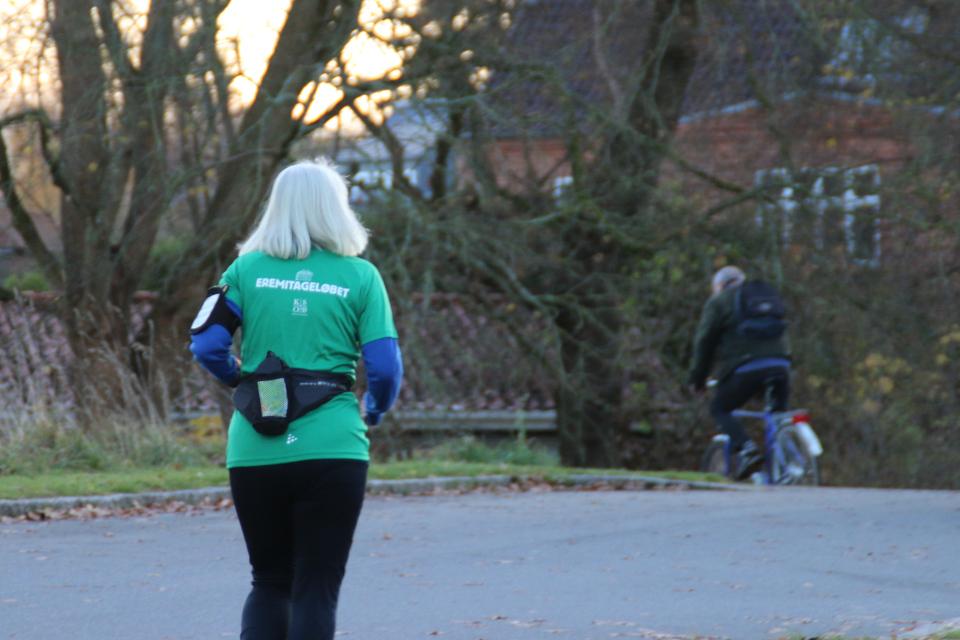 Женщина тренируется в футболке с логотипом Eremitageløbet