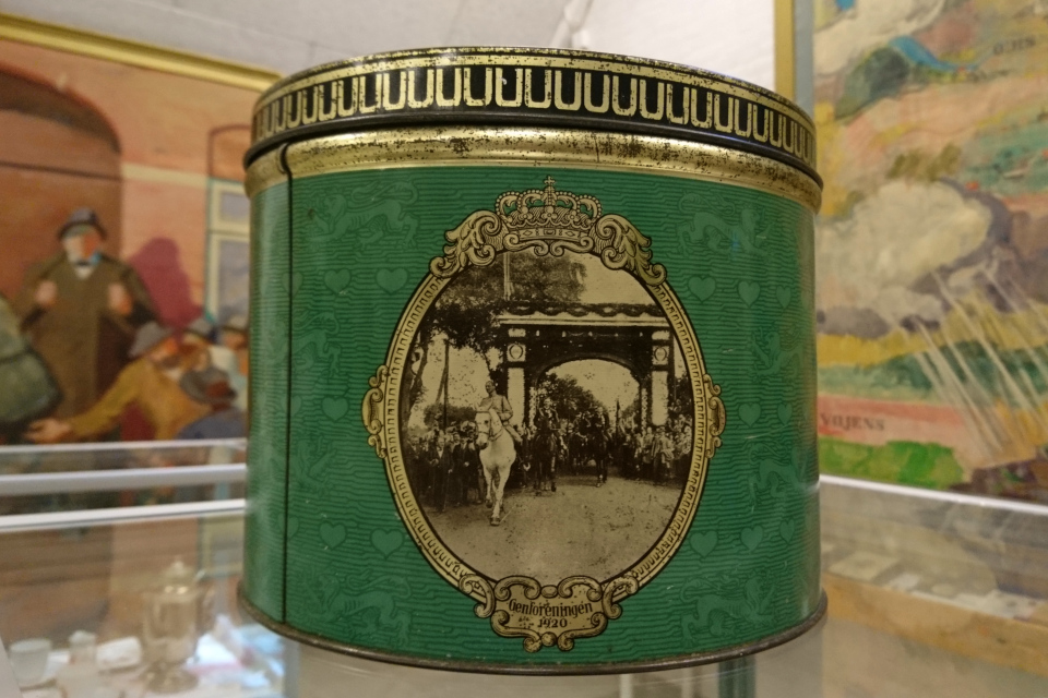 Жестяная коробка для печенья, выпущенная в 1937 году