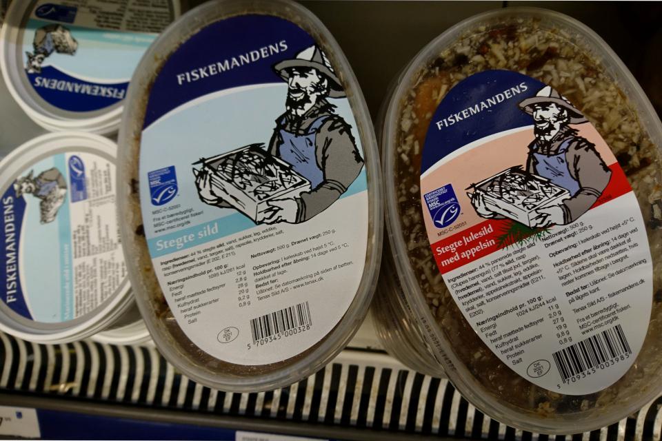 Маринованная жареная сельдь в супермаркете, Дания