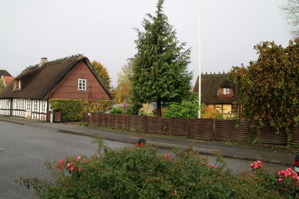 Дорога со старыми фахверковыми домами, ведущая к церкви Обю