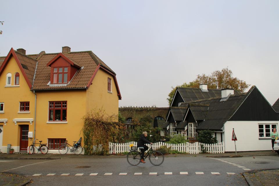 Дома возле церкви Обю, вид с дороги Åby kirkevej
