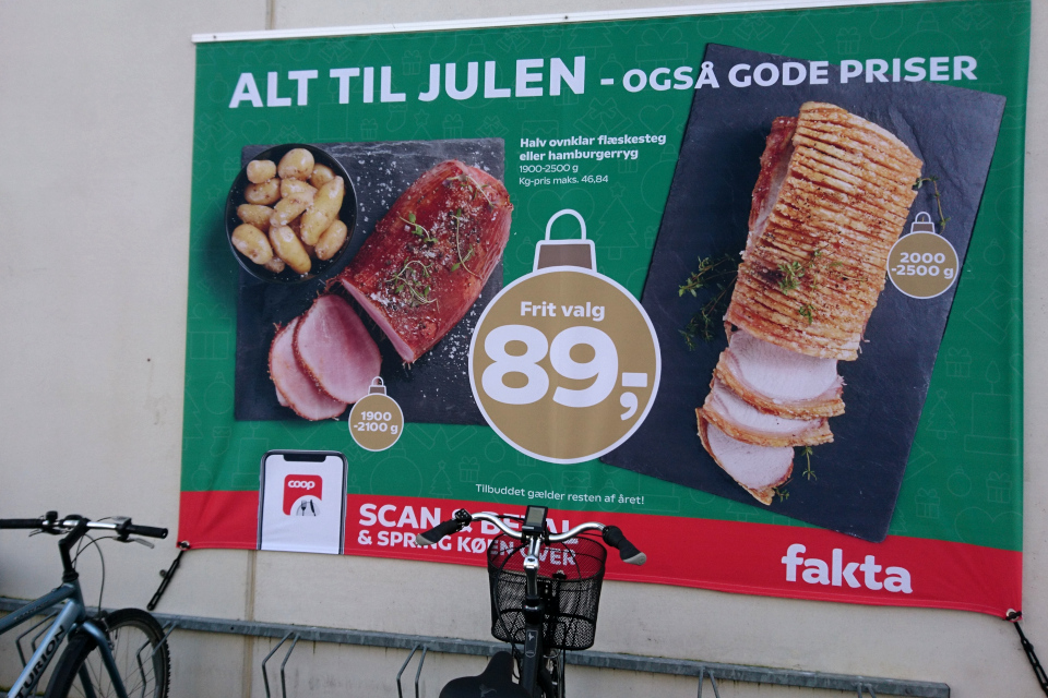 Реклама фелстекстай на стене магазина перед рождеством, г. Вибю, Дания
