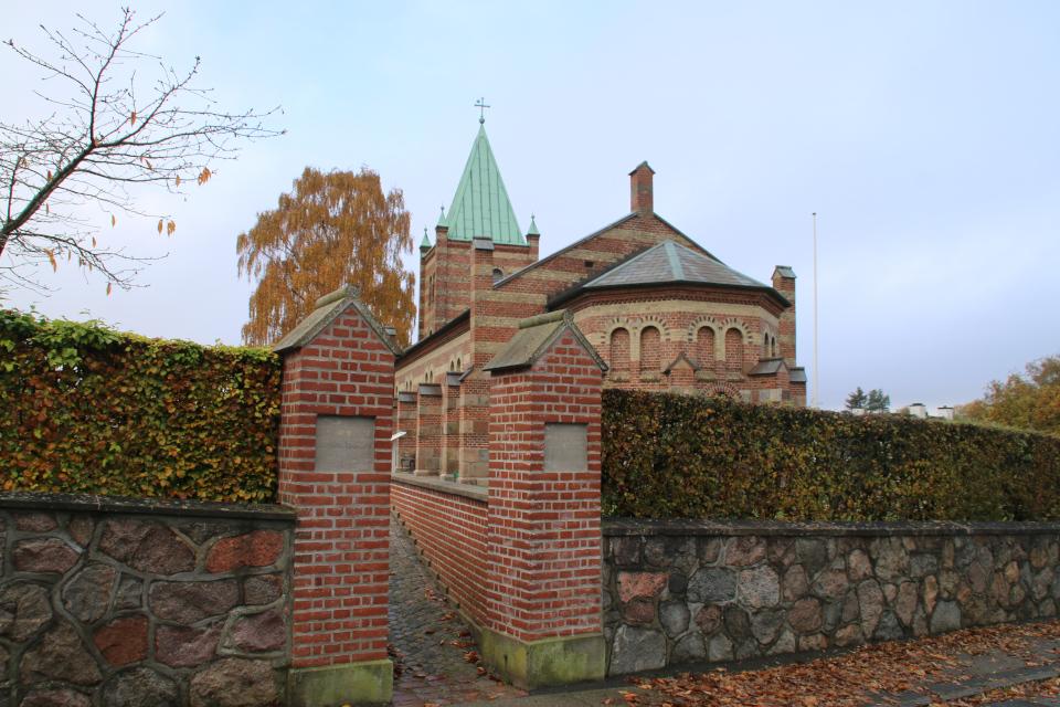 Вход в церковь с обратной церкви Обю