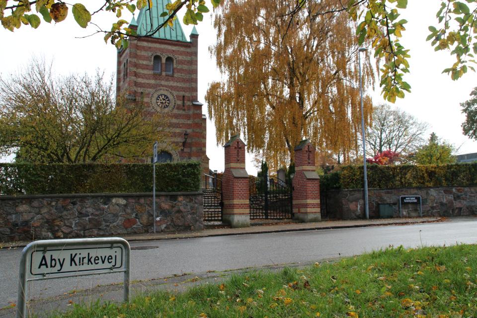 Небольшая улочка Åby kirkevej возле церкви Обю, г. Обюхой / Åbyhøj, Дания