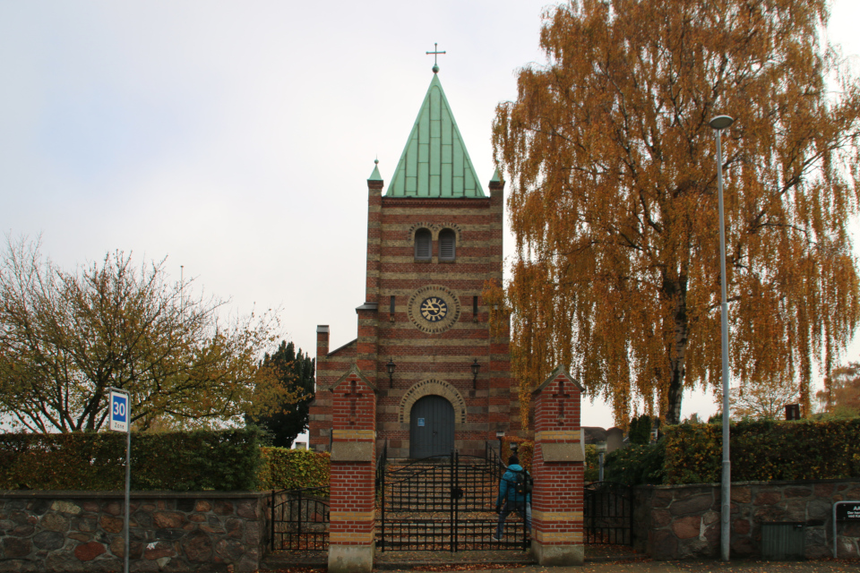 Каменная ограда с воротами у входа в церковь Обю