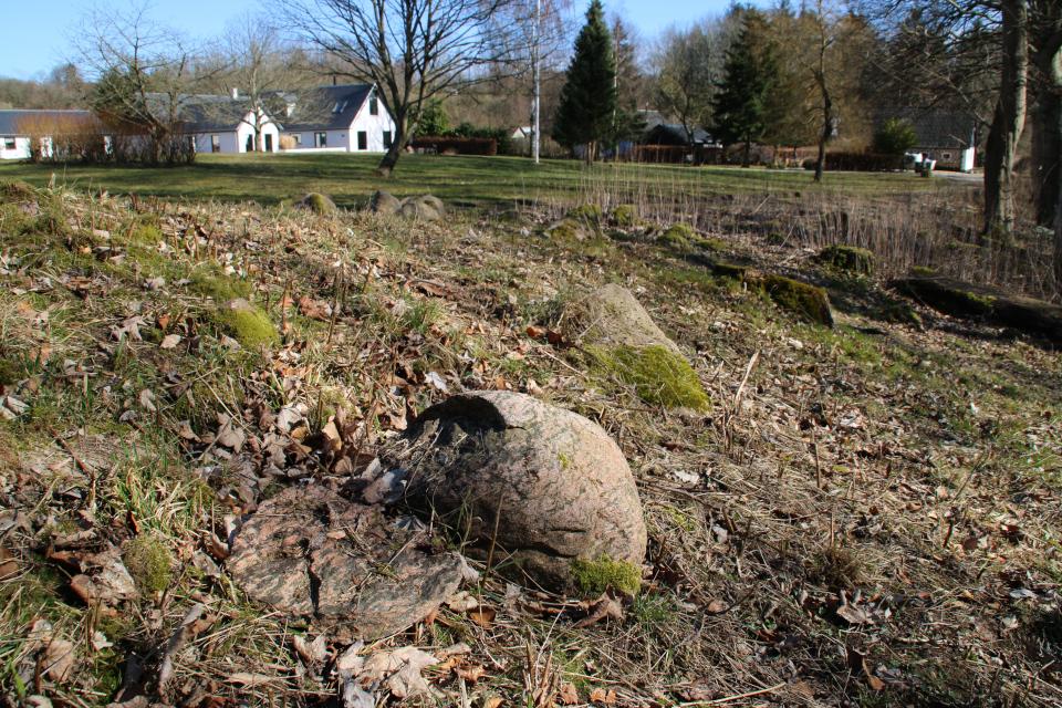 Следы разрушения - колотый камень (дат. rillesten / flækkede sten) возле дольмена