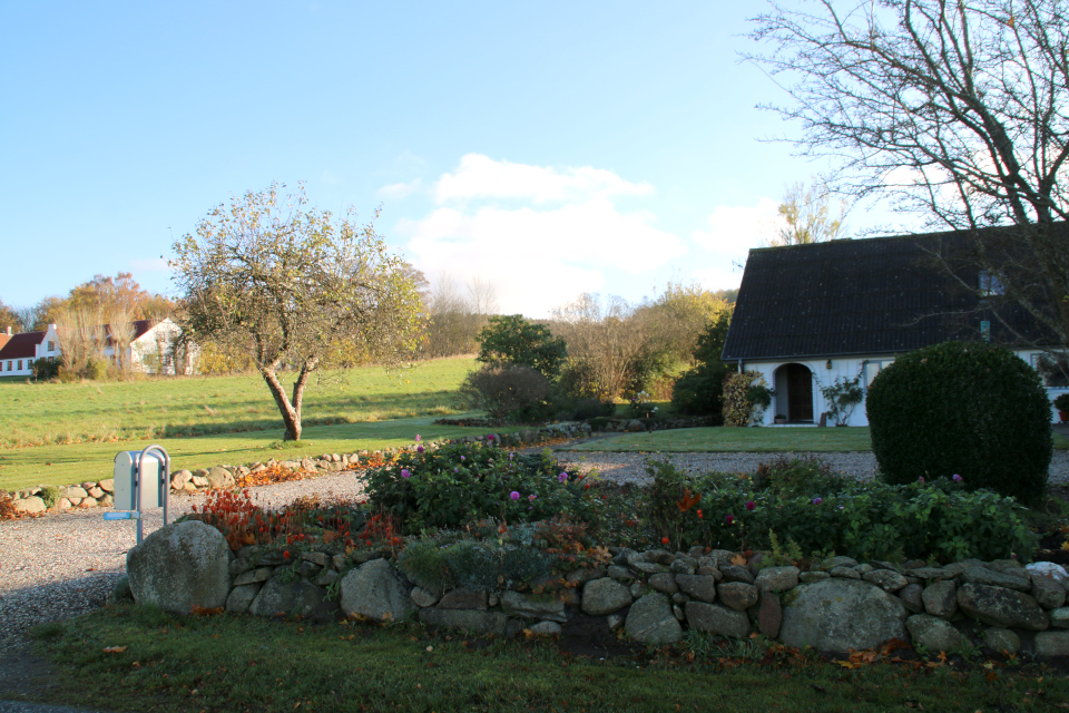 Каменная ограда возле двора дома. Фото 8 нояб. 2020, Ставтруп (Stavtrup), Дания