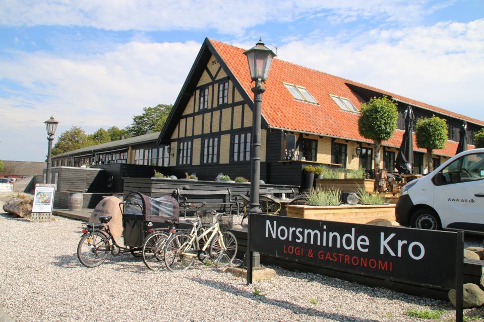 Ресторан с традиционной даткой едой возле старой гостиницы Norsminde kro