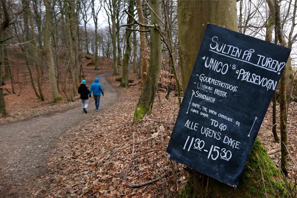 Реклама сосисочного киоска в лесу Скоде (Skåde)