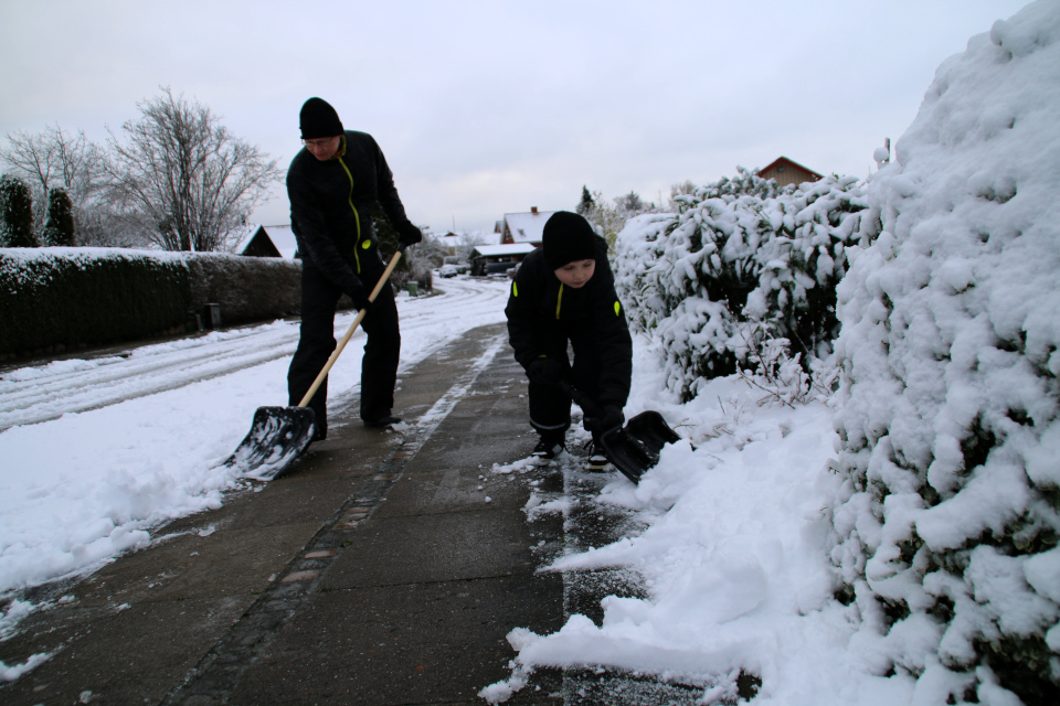 Белое рождество в Дании - утренняя расчистка снега возле дома