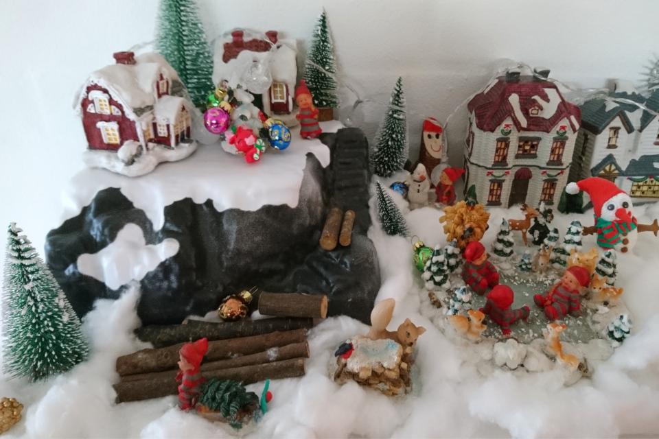 Инсталляция рождественского городка с ниссами и снеговиками
