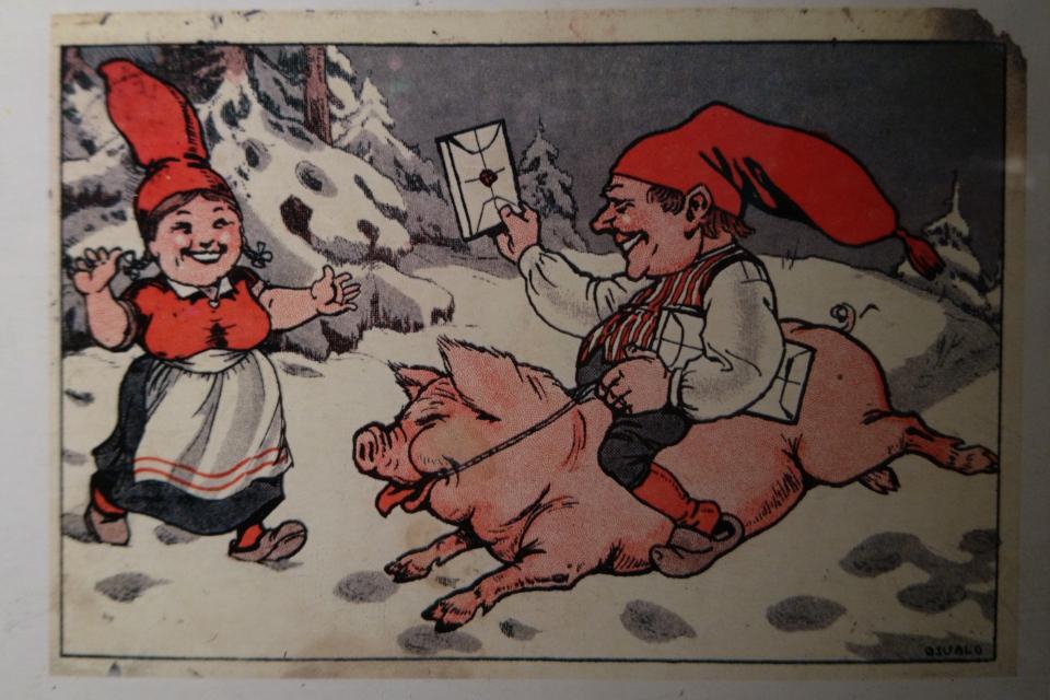 Старая открытка ниссе на свинье с рождественским подарком в заснеженном лесу