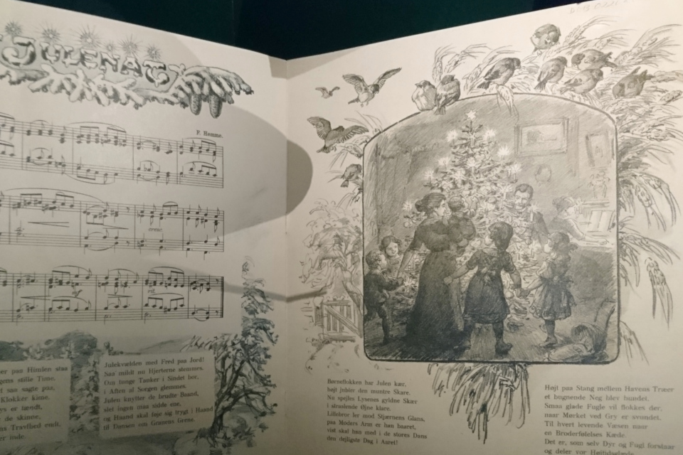 Рождественская песня с иллюстрацией танцев вокруг наряженной елки
