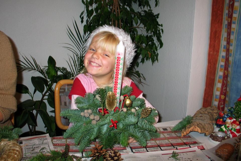 Моя племянница с готовой самодельной композицией с календарной свечой
