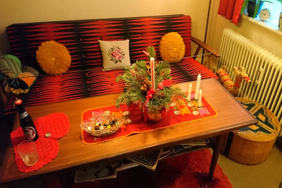 Рождественская композиция с календарной свечой в комнате 1974 года