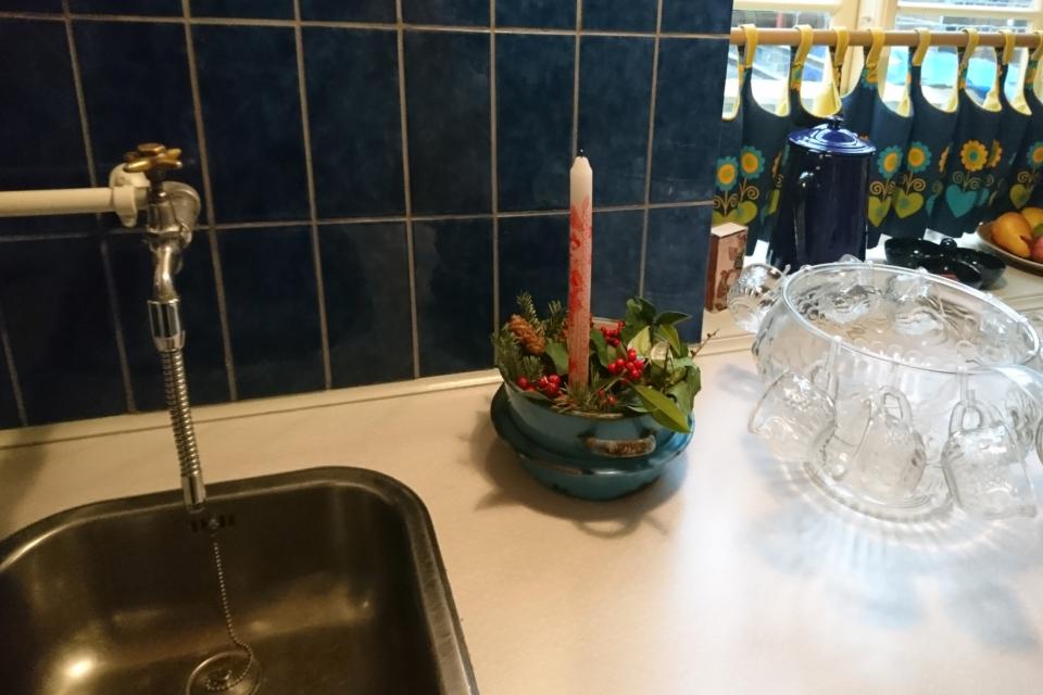 Календарная свеча с украшением на кухонном столе 1974 года