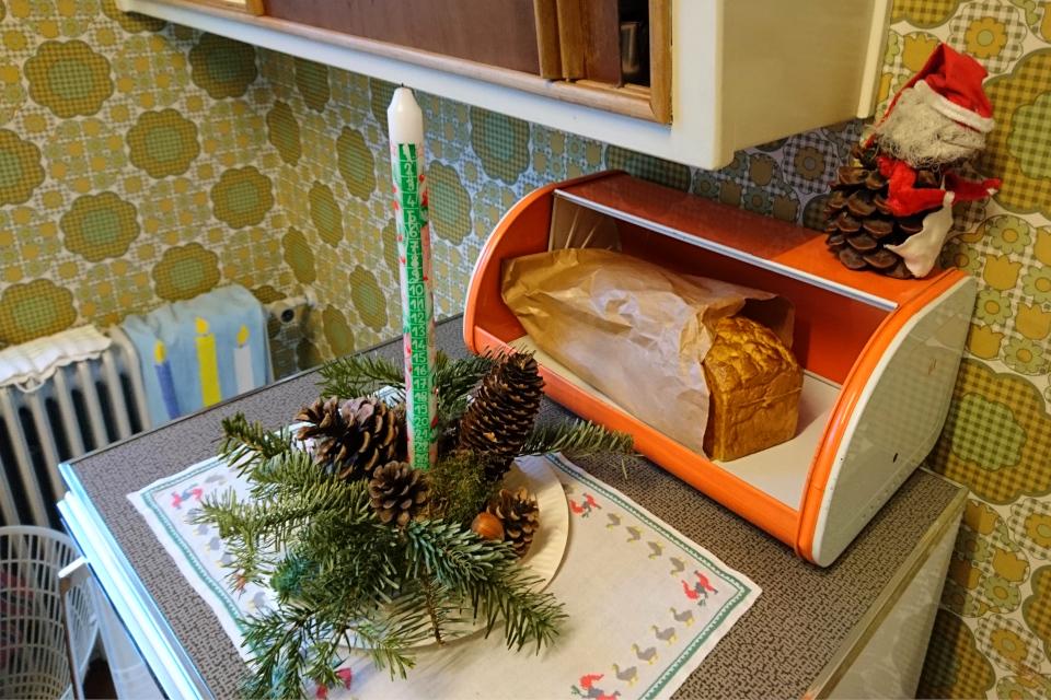 Рождественская композиция с календарной свечой на холодильнике