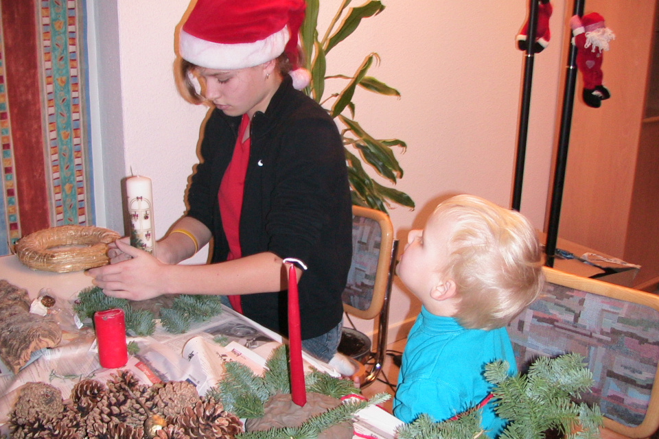 Моя дочка и племянник делают композиции с рождественскими свечами