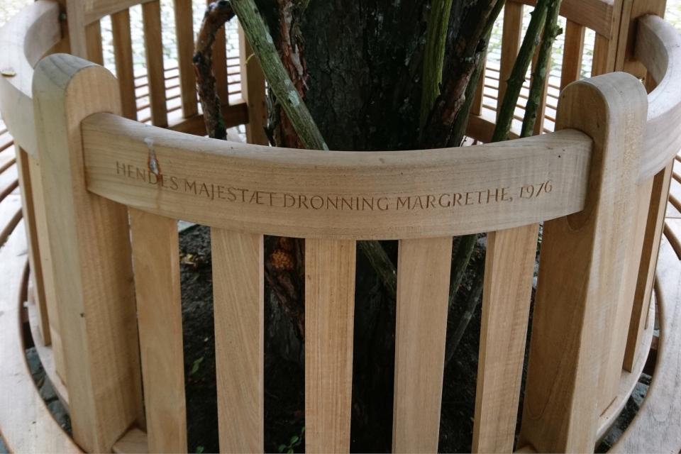 """Надпись на скамейке: """" Ее величество королева Маргрете, 1976""""."""