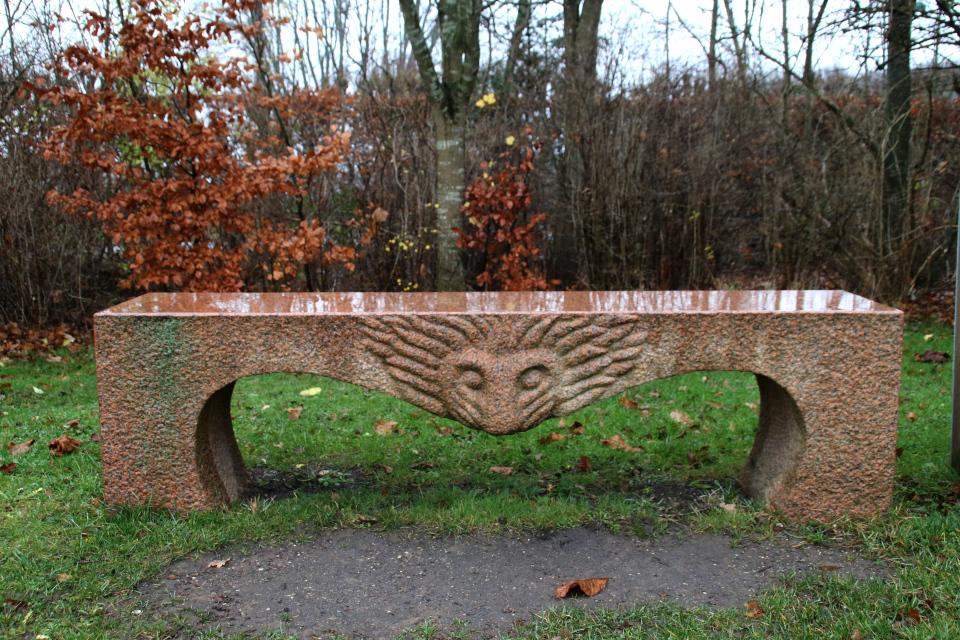 Гранитная скамейка со львом. Фото 10 дек. 2020, парк Марселисборг