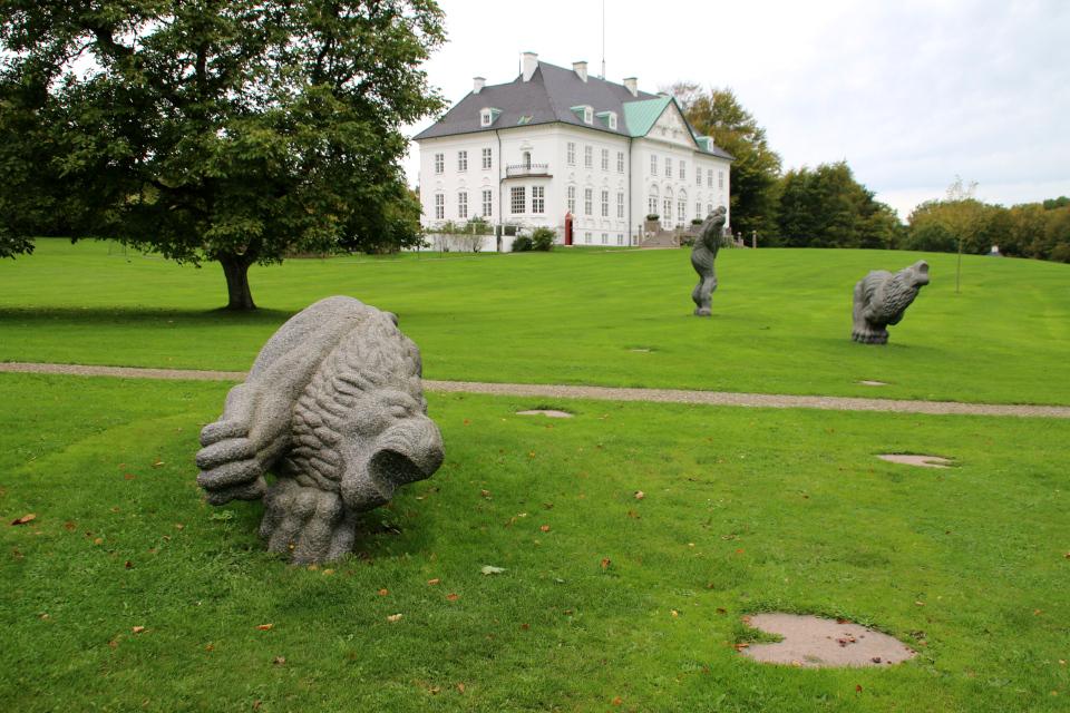 Каменные львы на газоне перед дворцом