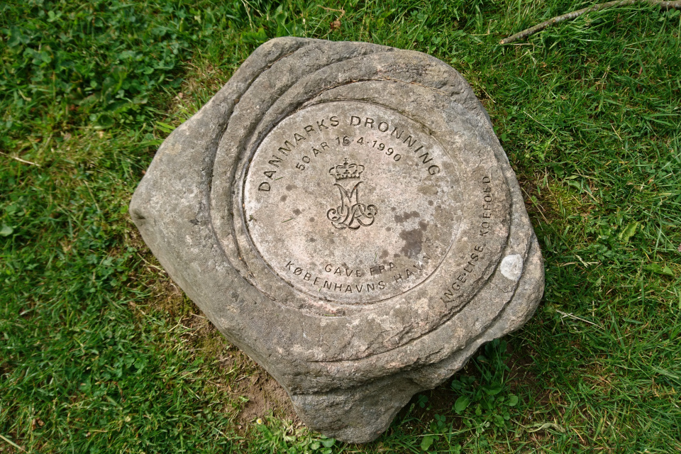 Памятный камень с монограммой королевы Маргрете 2 в парке Марселисборг.