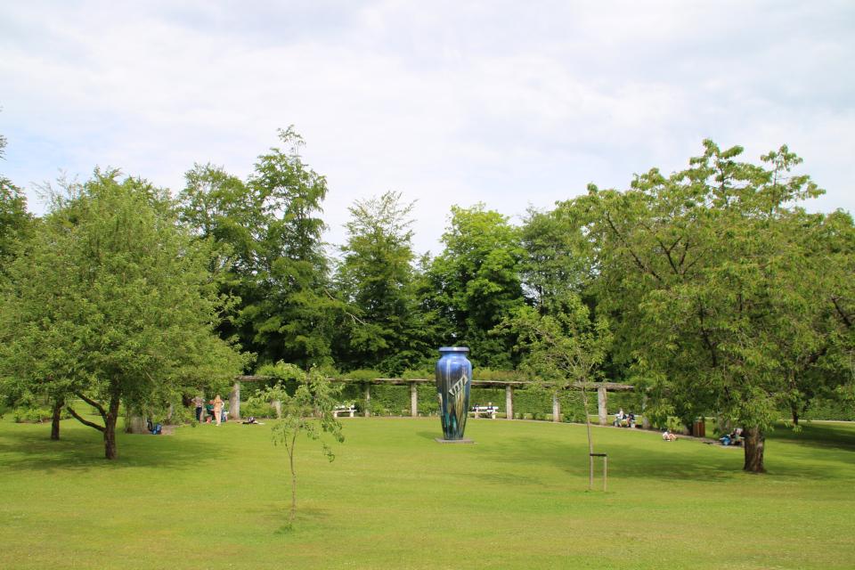 Длинная пергола для роз в королевском парке Марселисборг