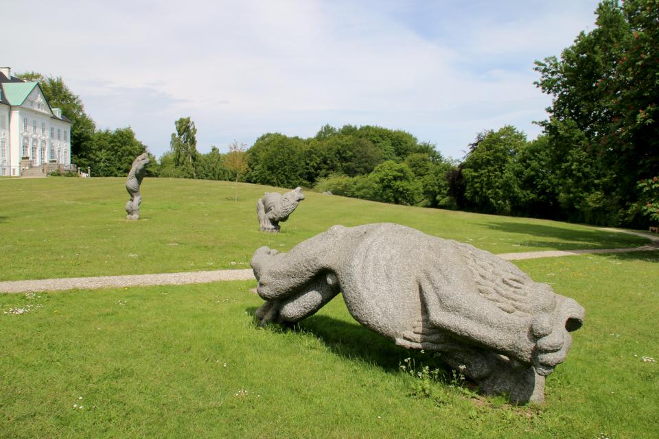Три льва перед дворцом. Фото 11 июн. 2020, парк Марселисборг, г. Орхус, Дания