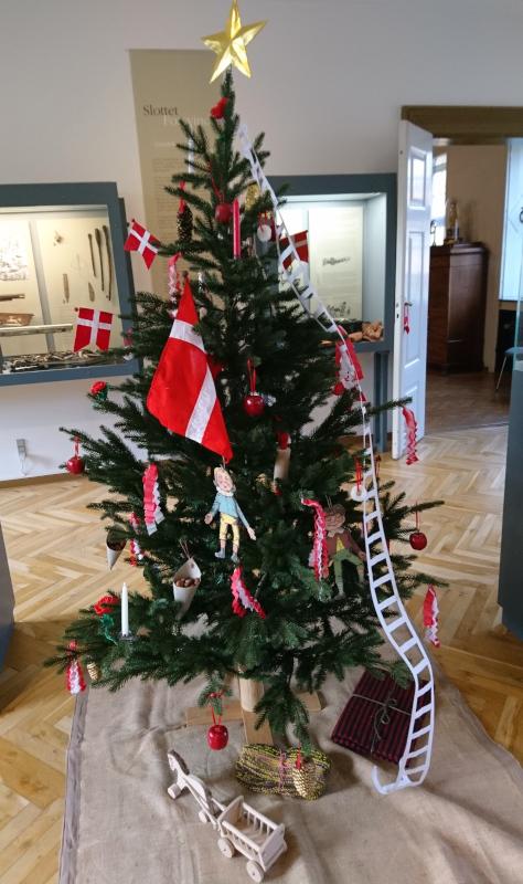 Рождественская елка, украшенная в стиле середины 1800-х годов