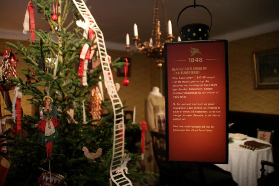 Рождественская елку, украшенная в стиле 1848 года