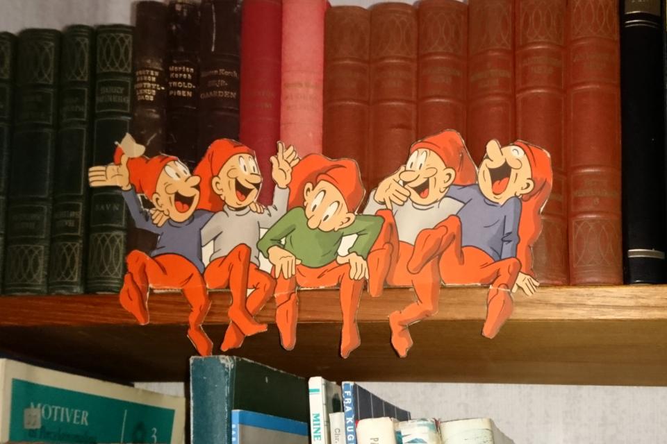 Веселые ниссе украшают книжную полку в комнате 1974