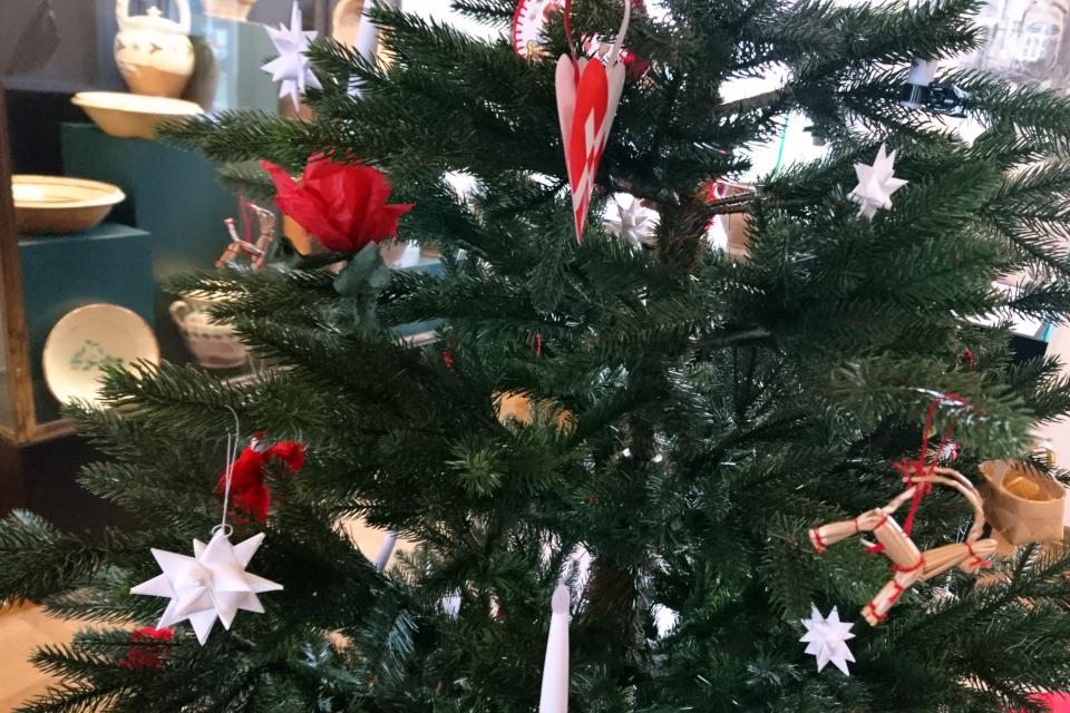 Плетеные рождественские звезды на елке