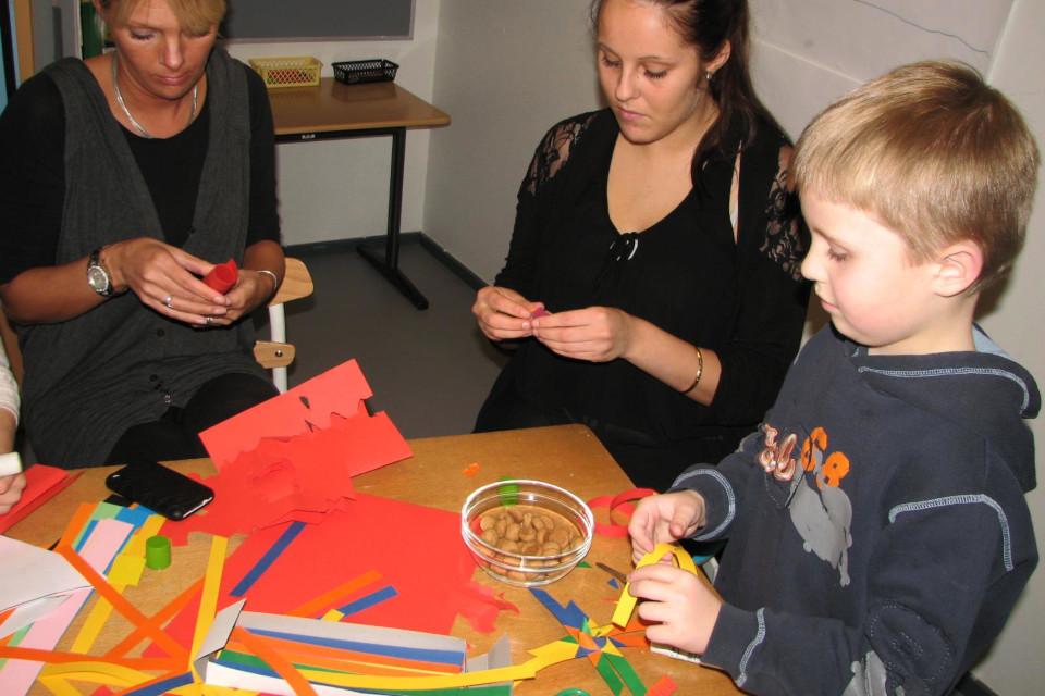 Мой сын плетет рождественскую здездочку в школе 1 дек. 2020, Дания