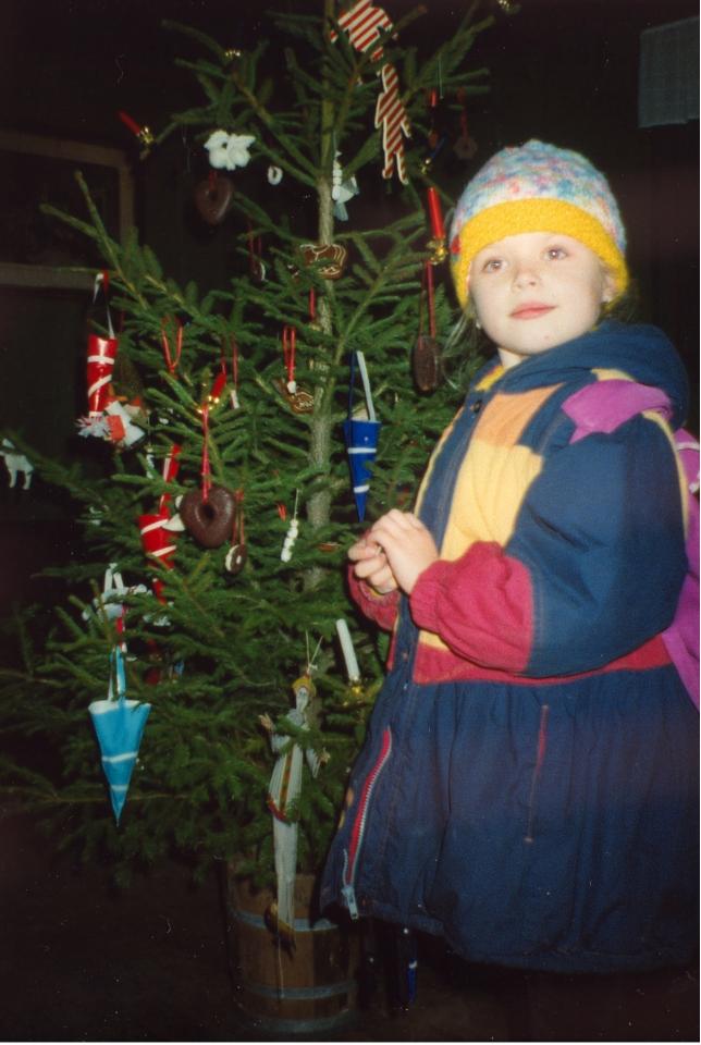 Моя дочка стоит около рождественской елочки времен Г. Х. Андерсена