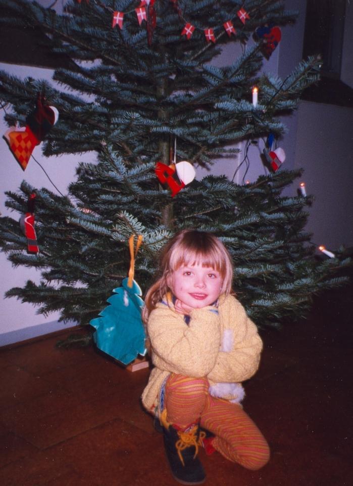 Моя дочка возле рождественской елки - пихты в школе. декабрь 1999 Дания
