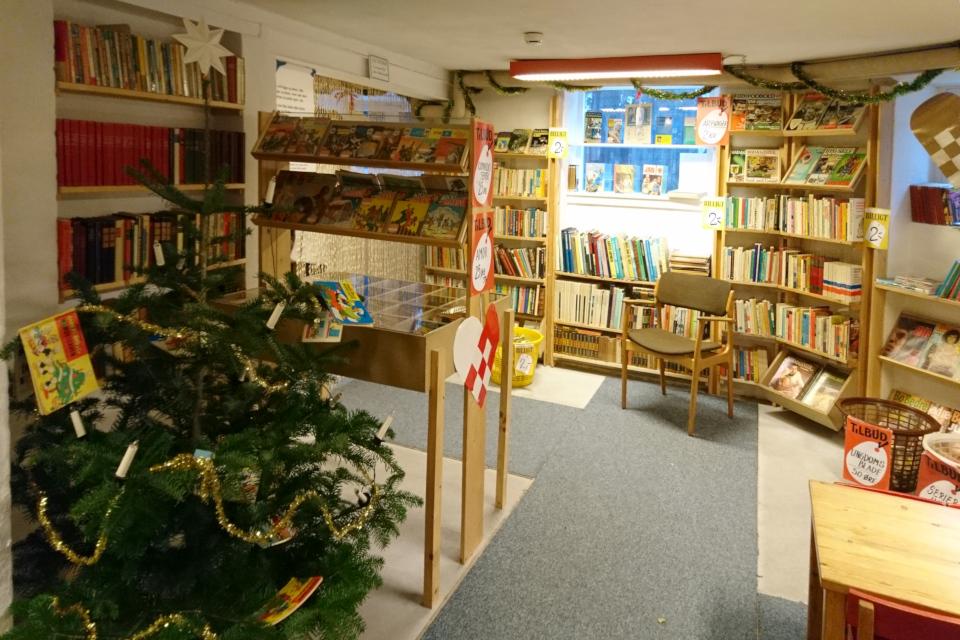 """Книжный магазин """"Уголок Копенгагена"""" (""""Københavnerhjørnet"""") с елкой"""