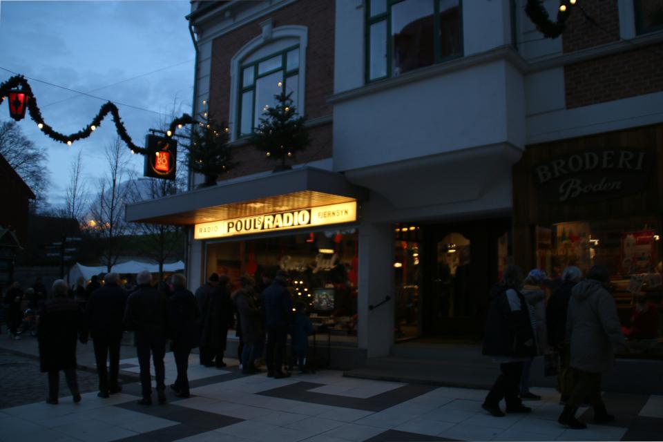 Вечерняя улица Сёндерброгэде (Sønderbrogade) в рождественском убранстве в 1974
