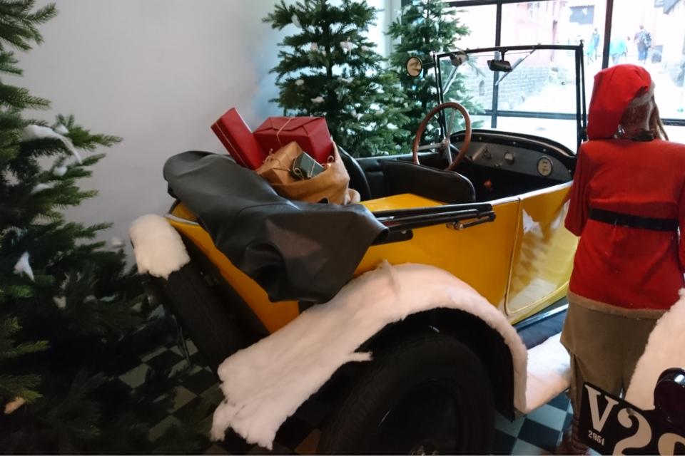 Рождество в Старом Городе в магазине автомобилей в 1927 году