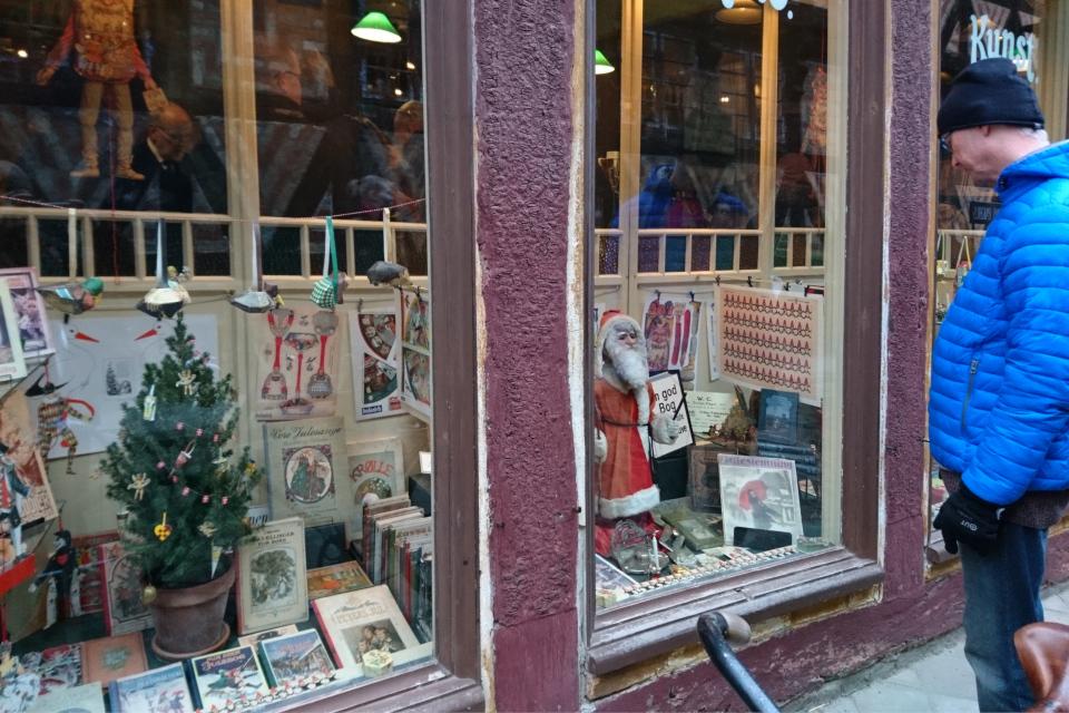 Витрина книжного магазина с рождественскими товарами в 1927 году