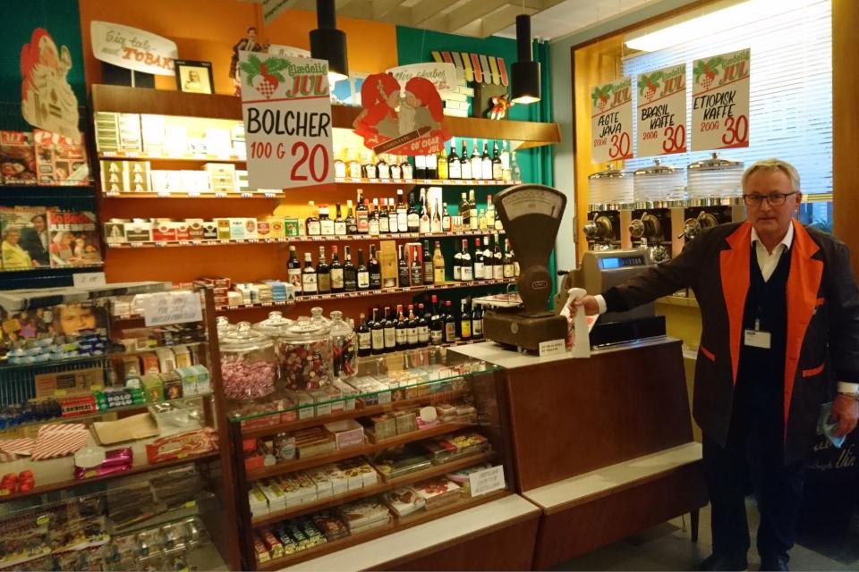 Мини-супермаркет с товарами и продуктами питания для рождества в 1974