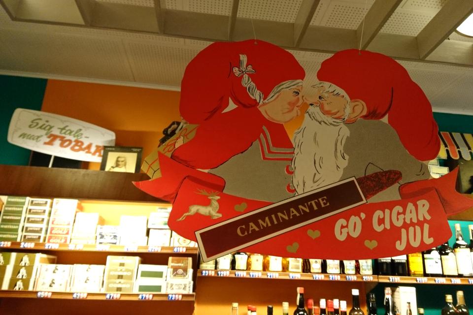 Рождественская реклама сигарет в мини-супермаркете в 1974 году