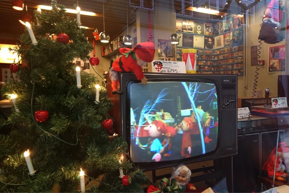 На витрине магазина выставлены старые телевизоры, радио и проигрыватели
