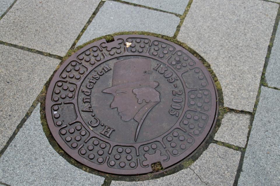 Канализационный люк Г. К. Андерсен, Хорсенс, Дания. Фото 15 дек. 2020