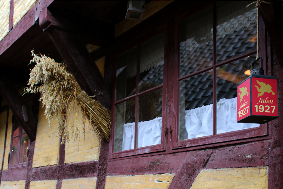 Юленег у входа в дом, где празднуется рождество 1927 года