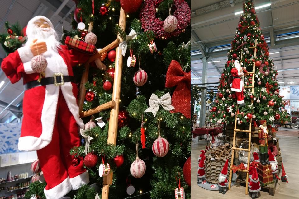 Дед мороз на лестнице возле елки, которую он, возможно, украшает