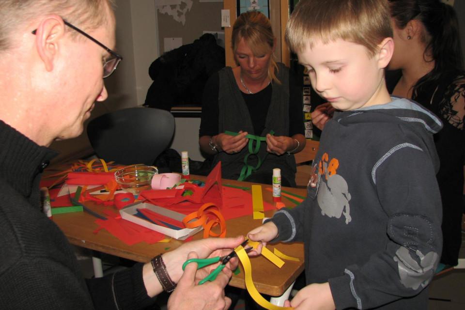 Изготовление цепочке из бумажных полосок после попытки плетения звездочек