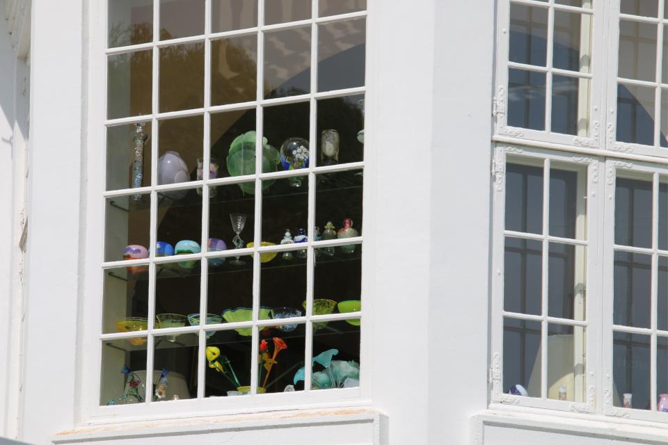 Выставка стеклянных ваз на окне рабочего кабинета королевы