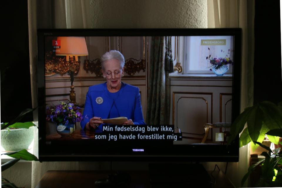 Выступление королевы по ТВ по случаю ее 80-летия. Фото с ТВ 16 апр. 2020, г. Хойбьерг, Дания