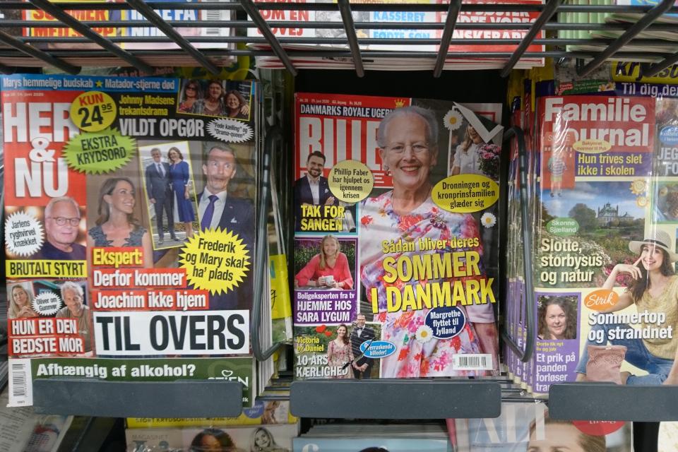 Обложки журналов около кассы супермаркета. Дания