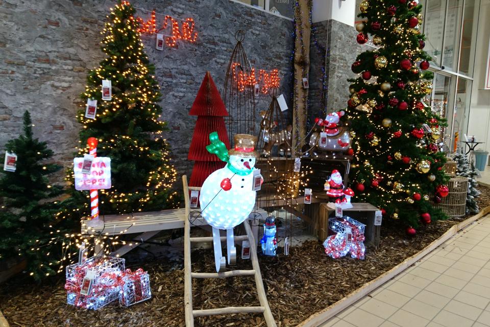 Рождественское украшение со снеговиком, катающимся по лестнице